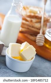 petit-déjeuner parfait - pain grillé, miel et beurre