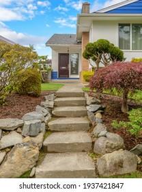 Un barrio perfecto. Casas en los suburbios en verano en Norteamérica. Casas de lujo con un bonito paisaje.