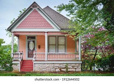 ein perfektes rosa viktorianisches Haus