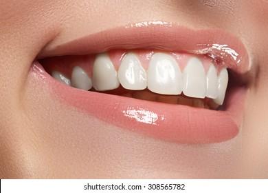 完璧な笑顔。美しい自然の満開の唇と白い歯。歯が白くなる。
