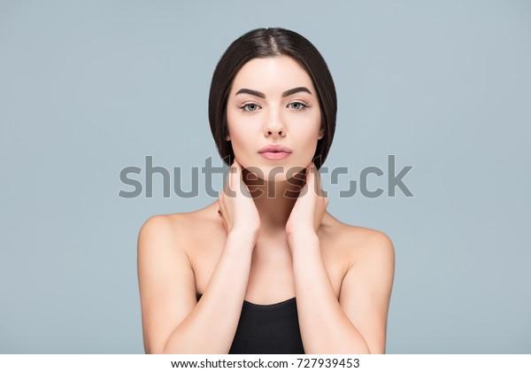 Идеальная симметрия. Молодой взрослый, Спа-девушка красивый портрет, свежая здоровая кожа, уход за кожей и косметология концепция, омоложение и лечение