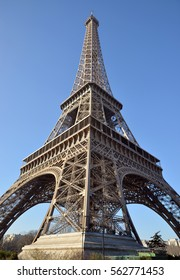 Perfect view of the Eiffel Tower in a clear and vibrant day