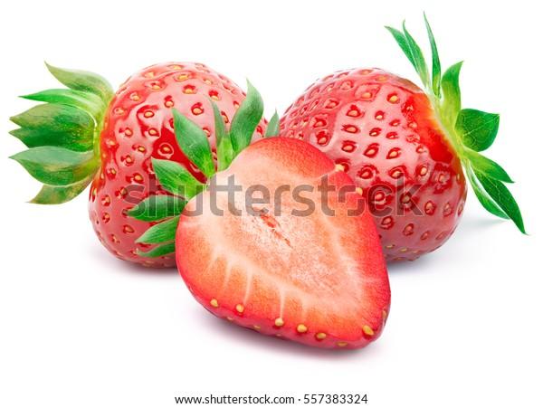 Perfekt retuschierte Erdbeere mit geschnittener Hälfte und Blätter einzeln auf weißem Hintergrund mit Beschneidungspfad. Eine der besten isolierten Erdbeeren, die Sie gesehen haben.