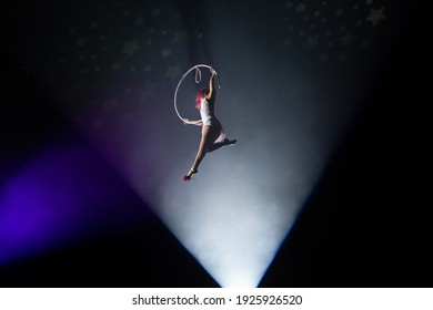 performances of artists at a height under the dome of the circus