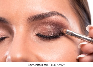 Performing of eyelid facial skin color enhancement techniques in a beauty salon