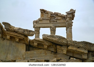 Pergamon was an ancient city located in the Anatolia region, approximately 25 kilometres from the Aegean Sea in present-day Bergama, Izmir .