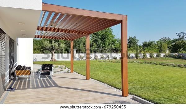 Pergola auf Terrasse und Garten