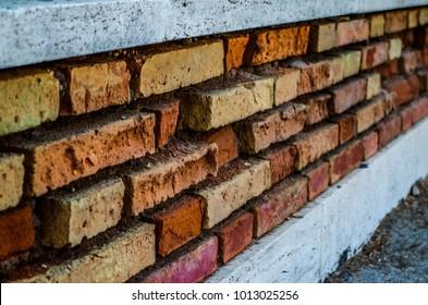 Perimeter wall in bricks and travertine