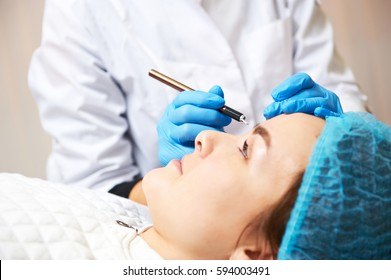 Permanent make-up wizard makes eyebrow correction procedure.