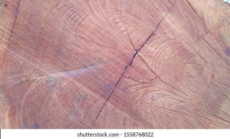 Permukaan latar belakang tekstur kayu gelap dengan pola alami
