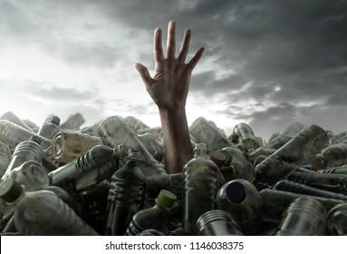 La persona se hunde en la basura de plástico