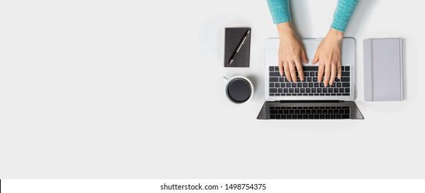 Persona que utiliza un ordenador portátil desde arriba