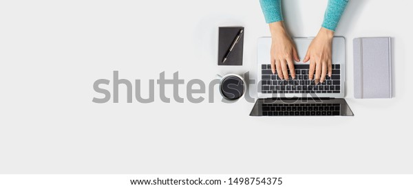 Benutzer eines Laptops von oben