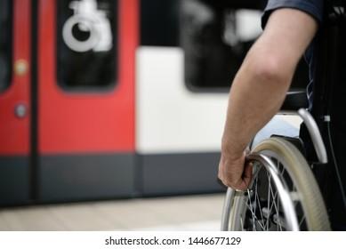 Rollstuhlfahrer am Bahnhof ohne Barrierefreiheit im Kompartiment Mobilität signieren