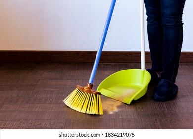 persona-sweeping-floor-broom-dustpan-260