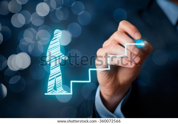個人の発展、キャリアの成長、成功、進歩、潜在的なコンセプト。ボケ背景の階段に象徴される成長を、コーチ(人事担当官、監督)が従業員を支援します。