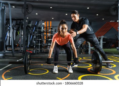 Personal trainer teaches about exercise deadlift posture