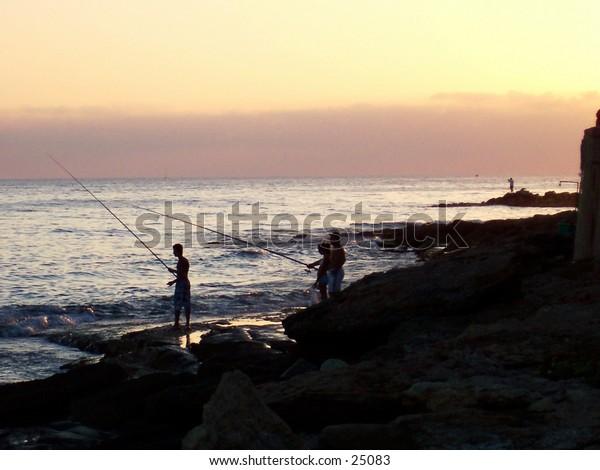 Pesca al tramonto, Marina di Ragusa, Sicilia. Sunset fishing, Marina di Ragusa, Sicily.