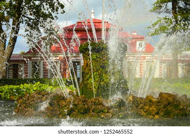 Peterhof, Russia-Сентябрь 8, 2006 : the Sheaf fountain near the Monplaisir Palace in the Lower Park, Peterhof, Russia