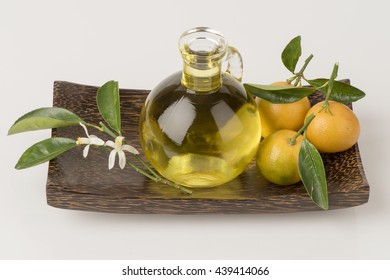Petitgrain oil: Essential oil from orange trees: relax, sleep, skin and antispasmodic.