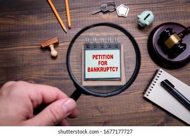 破産の申立て危機、非常事態、税金の休日、債権者の考え方では解決できない。 虫眼鏡を持つ男性の手
