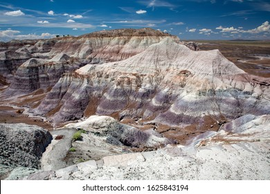 Petrified Forest National Park, in the easternmost area of Arizona, is unique in the panorama of the magnificent American national parks. It offers a natural spectacle that is not found in other are