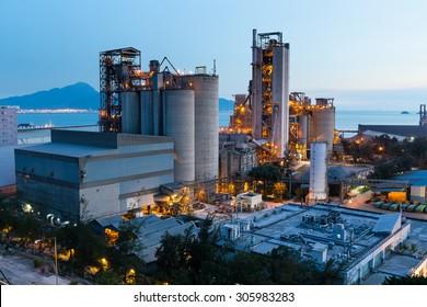 Industrie pétrochimique au coucher du soleil