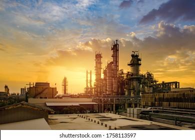 Petrochemische Industrie mit Sonnenuntergang, Fabrik der Raffinerie