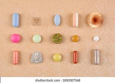 Pharmazeutische und natürliche Medizin. Die Medikationssammlung lag flach. Psychedelik, Cannabis, medizinische Marihuana, Zauberpilze, LTTD-Blogger, Mmdma Ecstasy und verschiedene farbige Pillen Draufsicht.