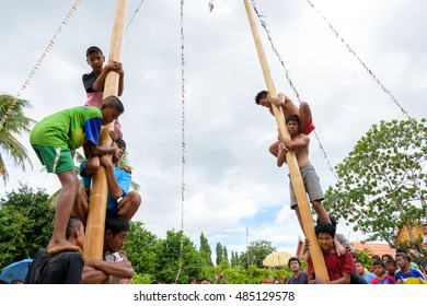 PHATTHALUNG, THAILAND - SEPTEMBER 17: Unidentified thai boys were competing to win up scaffolding on top of the pillars on September 17, 2016 in Wat Tamode, favorite temple in Phatthalung, Thailand.