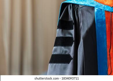 Hochschulabschluss in schwarz-braunem Studium