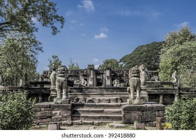 Phi mai Historical Park is one of the country's history. Located in the Phimai. Nakhon Ratchasima Castle Rock during the Khmer empire includes large and gorgeous.