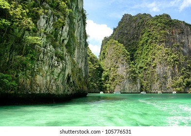 PHI PHI ZONE Is a popular activity  ; Areas to snorkel the coral reefs, Location Krabi Thailand.