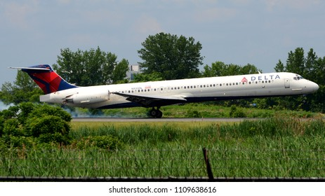Philadelphia, PA - June 3rd, 2018: A Delta Airlines McDonnell Douglas MD-88 Landing at Philadelphia International Airport