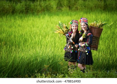philippines Women wore costumes of ethnic work in the fields of rice terraces .