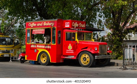 PHITSANULOK , THAILAND - APRIL  6, 2016 : The coffee and bakery truck in front of Wat Phra Sri Rattana Mahathat (Wat Yai) . Located in Phitsanulok  Thailand on april  6 ,2016