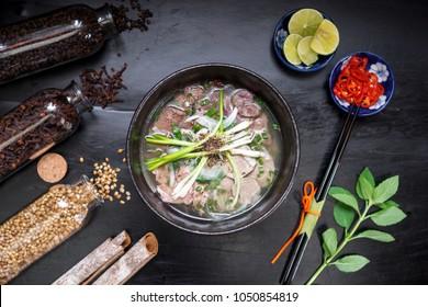 La soupe aux nouilles du Vietnam de Pho Famous Food on Old Wood. Concept d'image pour la publicité alimentaire