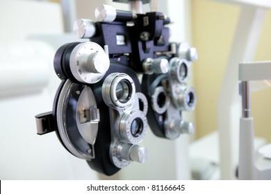 phoropter - medizinisches gerät zur untersuchung der sehstärke beim augenarzt und optiker