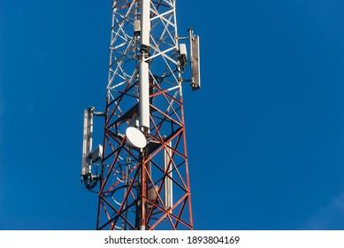 Photo d'antenne 5G sur un ciel bleu et propre