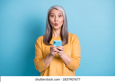 Photo of astonished old woman use smartphone impressed social media reaction wear style stylish jumper isolated over blue color background