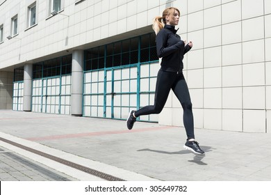 Photo of an athletic woman doing fitness