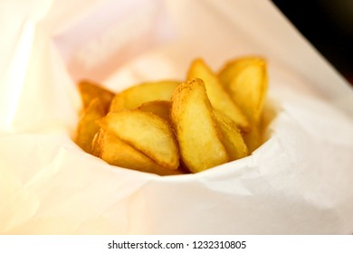 Photo background bright macro beautiful potatoes wrapped in paper