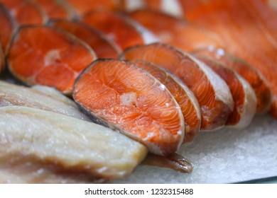 Photo background bright macro beautiful red fish on the counter in the ice