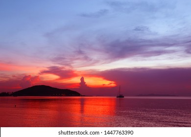 Photo background bright unusual sunset on the sea in the evening