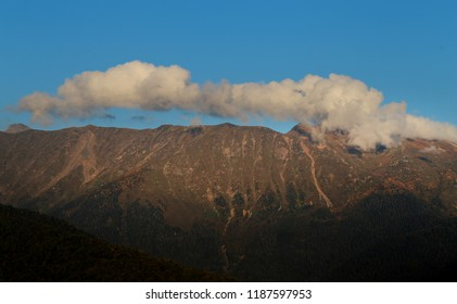 Photo background landscape with mountains and clouds on a sunny evening