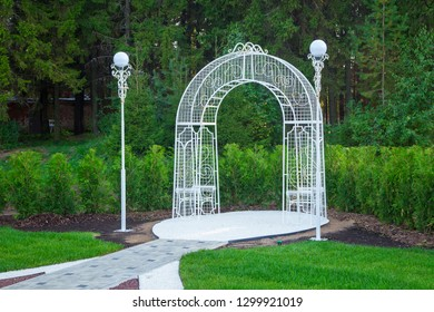 Photo the beautiful wedding arch in the summer