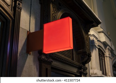 Photo blank red signboard on the street