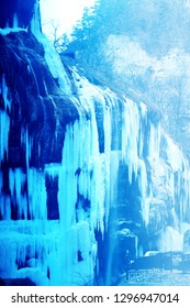 Photo bright nature frozen waterfalls in the winter in the mountains