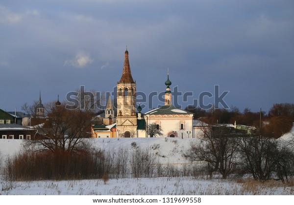 Photo bright old Russian retro temple on the river in winter Suzdal