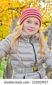 Photo of cute girl in autumn sit on tree